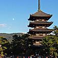 少々早く昇りだした月と興福寺五重塔