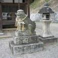 玉祖神社 9:本殿前の狛犬と灯籠