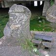 水紳様と思われる石柱と祠(南側から)