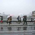 雪の三条大橋を渡る人々 1