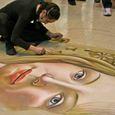 床に絵を描く女性 (マドンナーレ)